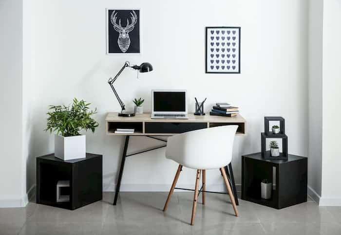 Çalışma Odası Dekorasyonu - Beyaz Koltuklu Çalışma Masası