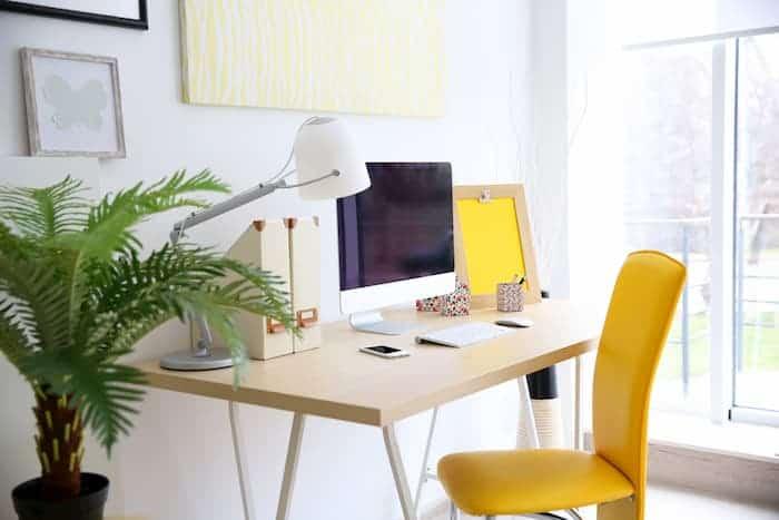 Çalışma Odası Dekorasyonu - Sarı Sandalyeli Çalışma Masası