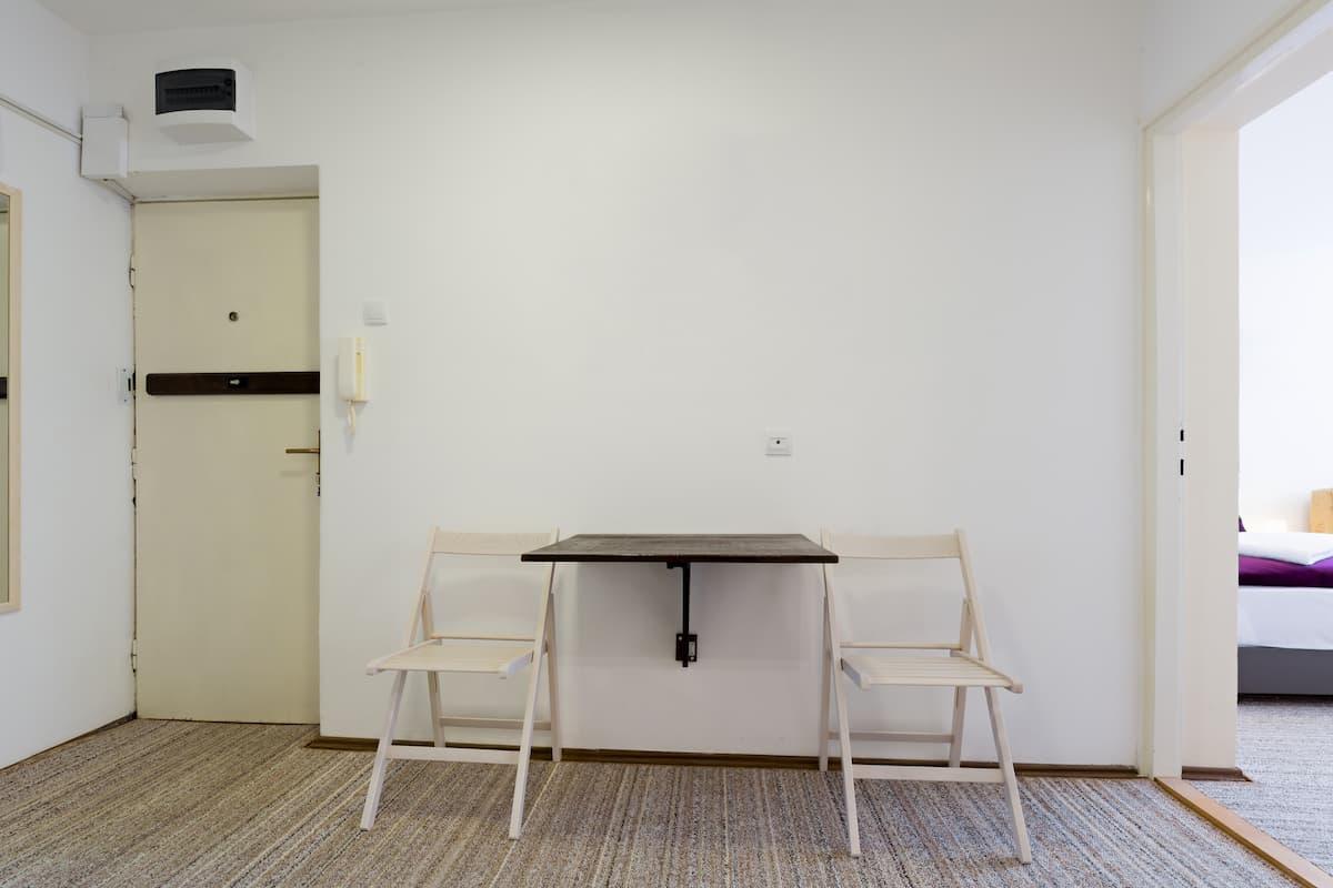 Duvara Monte Masa ve Sandalye