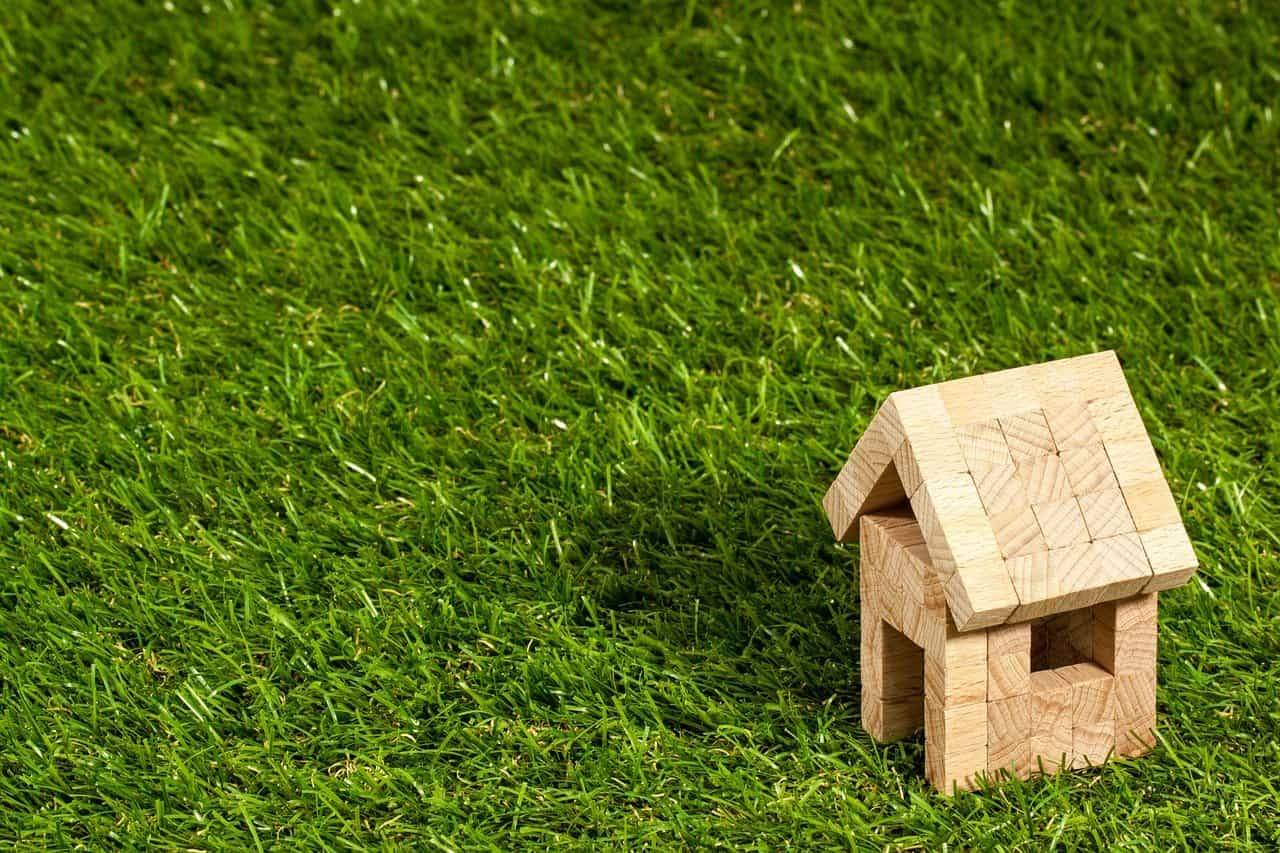Çim ve Küçük Ahşap Ev
